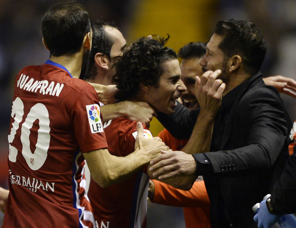 Atletico Madrid's Portuguese midfielder Tiago (C) celebrates with Argentinian coach Diego Simeone (R) after scoring a goal during the Spanish league football match RC Deportivo La Coruna vs Club Atletico de Madrid at the Municipal de Riazor stadium in La Coruna on October 30, 2015.  AFP PHOTO / MIGUEL RIOPA