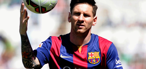 Barcelona's Argentinian forward Lionel Messi takes the ball during the Spanish league football match Cordoba CF vs FC Barcelona at El Arcangel stadium in Cordoba on May 2, 2015.  AFP PHOTO / CRISTINA QUICLER