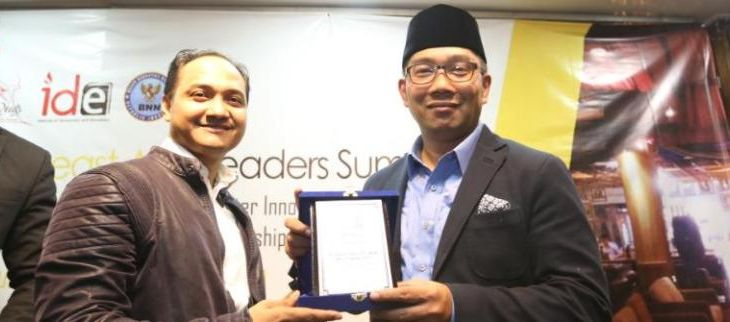 Wali Kota Bandung M. Ridwan Kamil menerima penghargaan IDE (Institute of Democracy and Education) Awards sebagai Man Of the Years