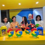 "HEAD of SMB Marketing Google Indonesia Fida Heyder (kiri), berbincang dengan Founder & CEO Papyrus Photo Aprilia Kristiawan (kedua kiri), Project Leader of Womenwill Campaign Google Indonesia  Fibriani Eliastri (ketiga kanan), dan Google Business Groups Bandung Pratiwi Sukmawati (kanan), pada acara Konferensi Womenwill yang bertajuk ""Wanita Mampu, Wanita Maju"" di Jalan Peta, Kota Bandung (24/5)."