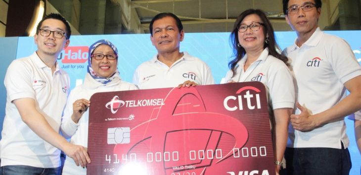 (Ki-Ka) CEO TCash Danu Wicaksana, Executive Vice President Area Jabodetabek Jabar Ririn Widaryani, CEO Citi Indonesia Batara Sianturi, Head of Consumer Banking Citi Indonesia Cristina Teh Tan dan Head of Postpaid Marketing Telkomsel Jason Tan di Jakarta, Rabu (18/07).