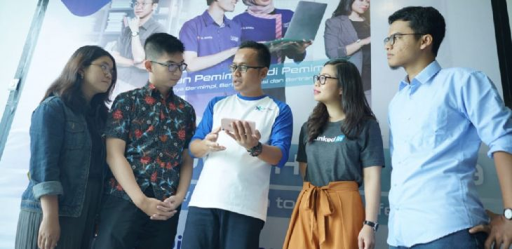 MENJELASKAN (ki-ka): Head of IoT Innovation XL Axiata, Boy Wicaksono (tengah), Account Director Linkedin, Lanny Wijaya, dan Chief of Product Habibi Garden, Toni Prabowo pada Youth Town Hall, Semarang (8/4).